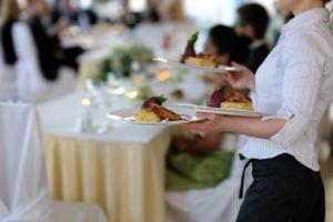 Auszubildende bereiten sich auf Prüfung zur Restaurantfachmann und -frau vor