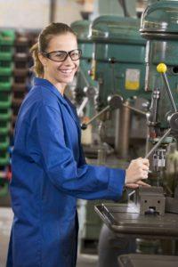 Weibliche Auszubildende in Metallwerkstatt Haus der Wirtschaft an Maschine