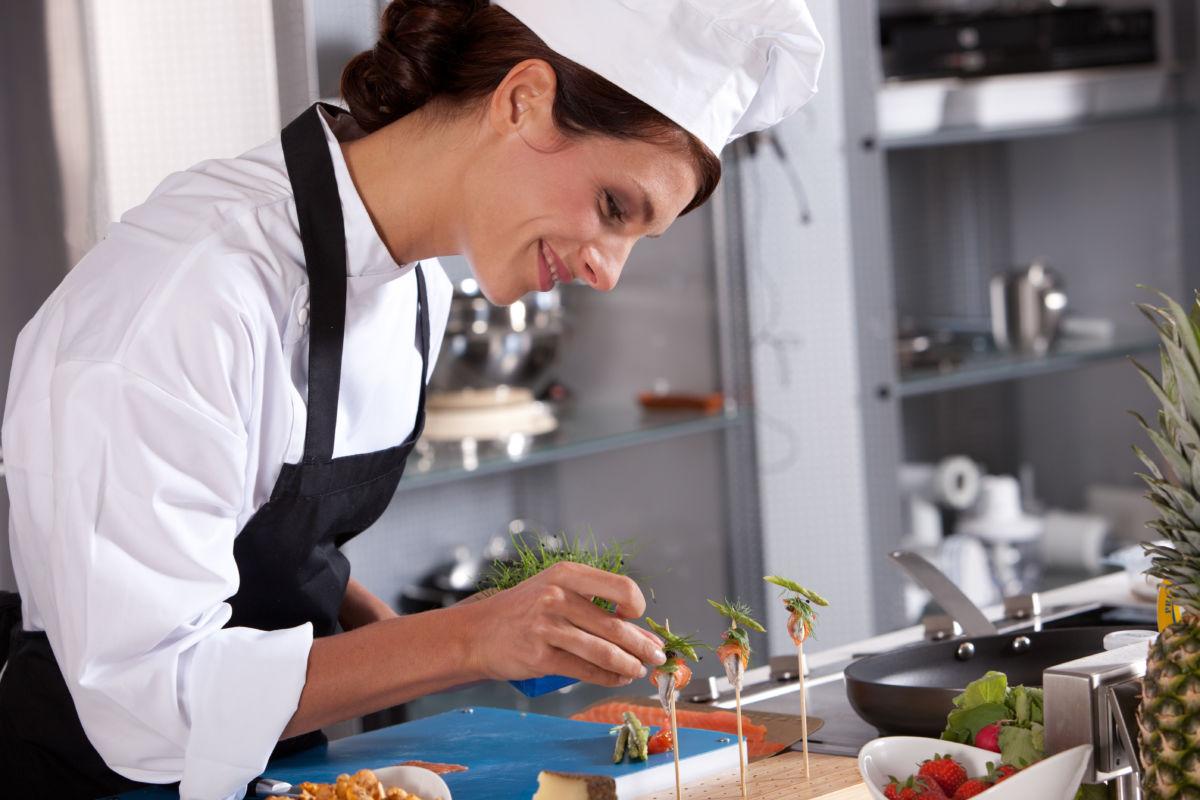 Köchin bei der arbeit  Umschulung Koch/Köchin – Haus der Wirtschaft